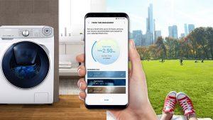 Smarte Waschmaschinen wie die Samsung QuickDrive WW8800 lassen sich bequem per App eines kompatiblen Smartphones steuern. Auch die Waschmitteldosierung übernimmt das Gerät selbst. (Bild: Samsung)